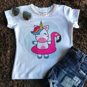 T-shirt infantil, com estampa de unicórnio e aplicação de pérolas na gola.