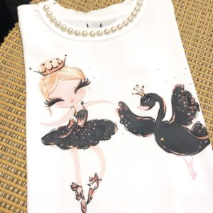 T-shirt infantil com estampa de bailarina e cisne, com aplicação de pérolas na gola.