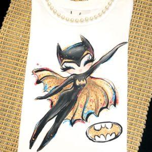 T-shirt infantil com estampa da super heroína Bat Girl e aplicação de pérolas na gola. As meninas ficarão ainda mais charmosas acompanhando essa tee com uma sainha de tule. Que acham? Sucesso!
