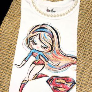 T-shirt com estampa de super girl, com aplicação de pérolas na gola.