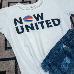 T-shirt com logo Now United e aplicação de pérolas na gola.