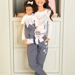 Calça jogger em malha com elastano denim; estrelas termocolantes e cintinho colorido. Acompanha a calça para boneca.