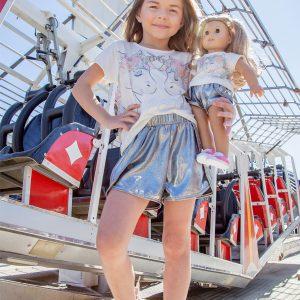 Este conjunto tal menina tal boneca é incrível. A tee traz brilhos no unicórnio e na crina. O shorts é um show a parte: brilho e conforto!
